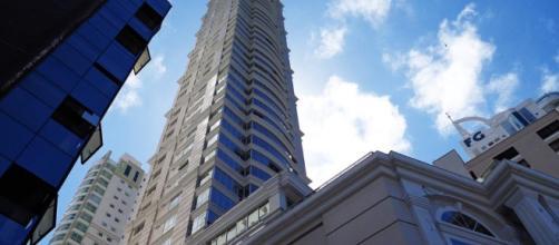 Temporal em Balneário Camboriú faz prédio mais alto do Brasil balançar