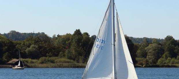 Familia recorre el mundo en un bote de vela