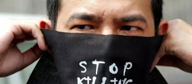 Los manifestantes mexicanos llevan máscaras que dicen: Paren de Matar Periodistas.