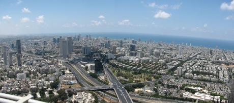 Vista de Telavive com os seus arranha-céus e o mar mediterrâneo no fundo.