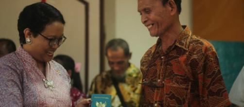 En su pasaporte, su nacionalidad dice: indonesio.
