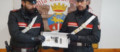 TIVOLI - La pistola sequestrata dai Carabinieri