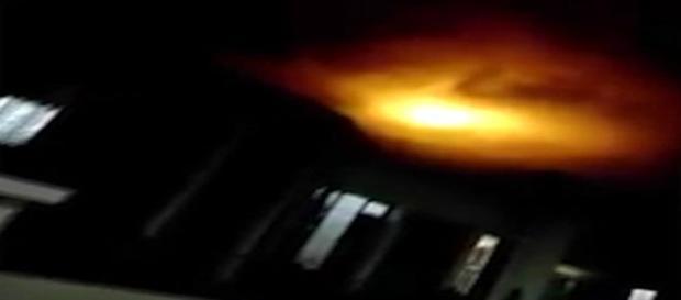 Misteriosa luz assusta habitantes e gera silêncio nas autoridades (Reprodução)