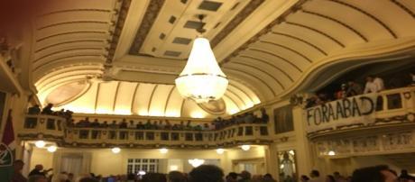 Torcedores invadem reunião de Conselho e pedem a saída de Pedro Abad do Fluminense (Foto: Caio Filho)
