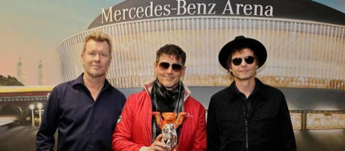 """A-ha - Unidos, o trio volta em turnê e posa para fotos em frente a Arena da Mercedes Benz, logo após ganhar o """"Urso Amigo"""" símbolo de Berlin"""