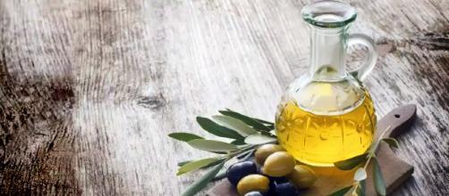 Aceite de oliva sbre la mesa: Imagen original: biotrendies.com