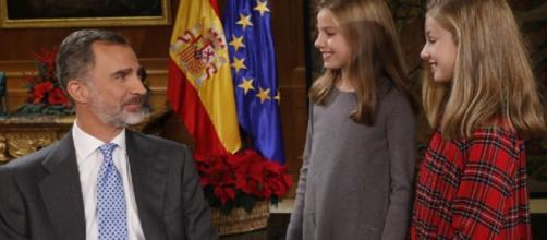 El Rey Felipe VI que cumple 50 años junto a sus hijas las Infantas Leonor y Sofía