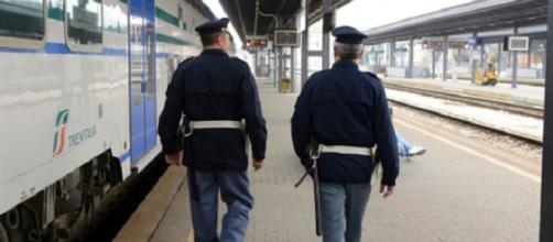 Ferrara, denunciati 3 giovani per aver aggredito un uomo con disabilità e danneggiato gravemente un treno