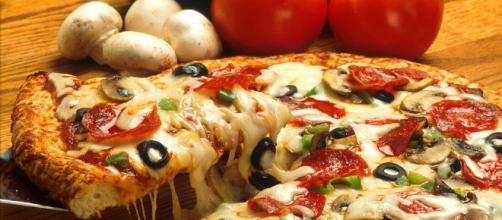 Show me the money this Super Bowl with free pizza. [Photo via pixabay]