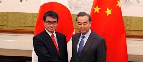 Taro Kono y su homólogo chino, Wang Yi,