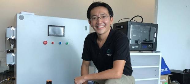 El señor Quek Yang Boon con algunos aparatos de su equipo