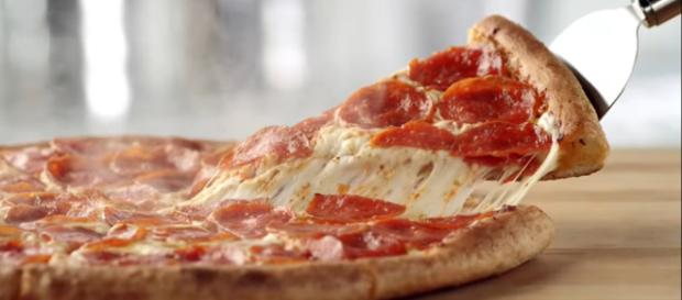 Free pizza deals are here just in time for the Super Bowl! [Image via Papa John's/YouTube]