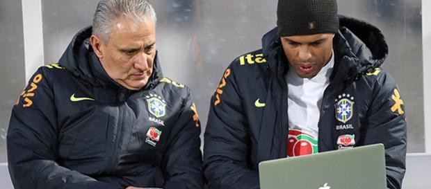 Tite e Fernando Lázaro analisam dados durante um treinamento