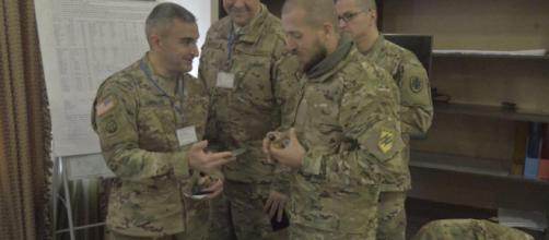 Militares dos EUA se encontram com neonazistas do Batalhão Azov da Ucrânia. Foto: https://goo.gl/Sjcaaf