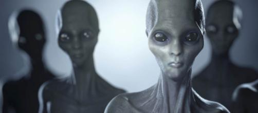 Gli alieni ci studiano da tempo.