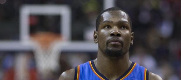 Kevin Durant presenta excusas para no llamar a LeBron James en navidad.