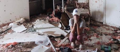 Foto de desespero da youtuber quando viu sua casa destruída pelo furacão.