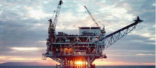 Offshore oil platform [image courtesy Dept of Energy wikimedia commons]