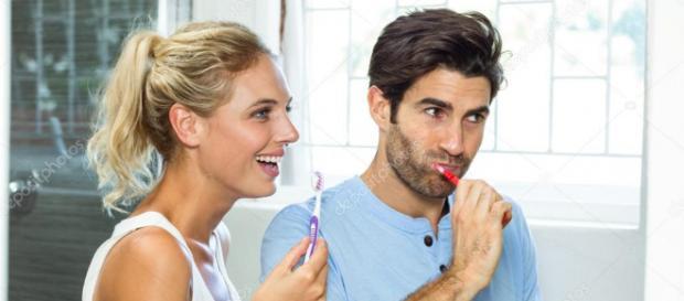 Casal escovando os dentes no banheiro junto