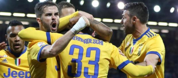 I calciatori della Juventus impegnati a festeggiare il gol decisivo di Bernardeschi, 23 anni