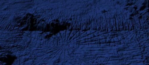 Una stella di pockmak perfettamente simmetrica e parzialmente ricoperta da una colata lavica sottomarina (in alto).