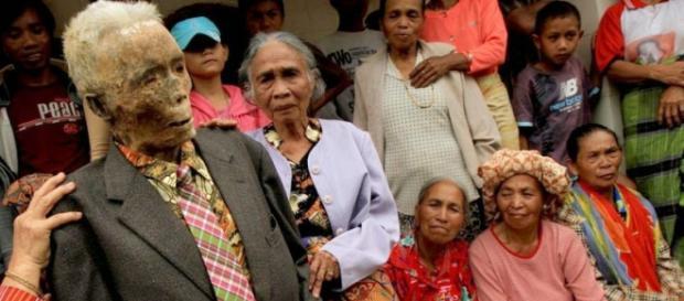Tradiție: în fiecare an o comunitate din insula Sulawesi își dezgroapă morții la Festivalul Ma'nene - Foto: www.amusingplanet.com