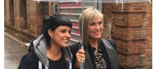 Anna Gabriel y Julia Otero en una imagen del programa 'Fora de sèrie' de TV3, sacada de contexto en varios tuits insultantes contra ellas