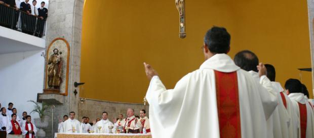 Una messa in Italia si conclude con una canzone di Celentano