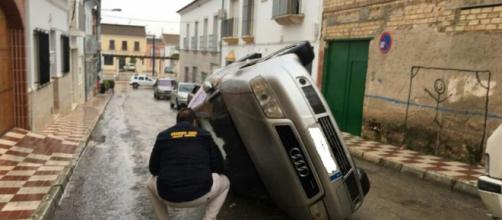 Coche volcado tras los altercados - telecinco.es