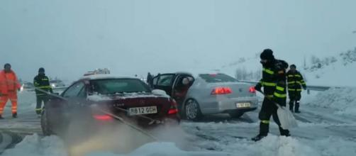Hundreds of motorists in central Spain were rescued by the army after trapped in their cars overnight by snow [Image El Independiente/YouTube]