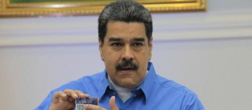 Nicolás Maduro con el carnet de la patria en mano