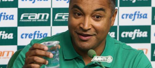 Roger Machado tenta acertar o posicionamento e finalização da equipe