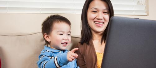 Madre e hijo en frente de una PC