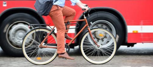 Buscan seguridad para ciclistas con inteligencia artificial en autos