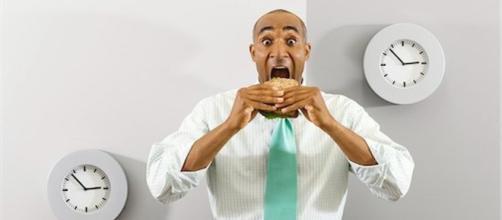 Gli uomini che mangiano da soli sono quelli più a rischio di obesità - corriereadriatico.it