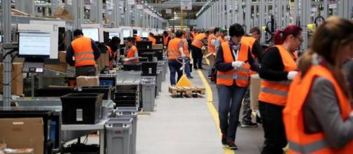 """Lavoro, Gentiloni contro Amazon: """"La sfida è la qualità, non ... - lastampa.it"""