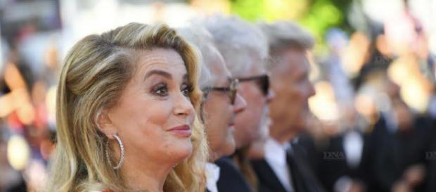 """A la Une   Catherine Deneuve défend """"la liberté d'importuner"""" des ... - ( source : dna.fr )"""
