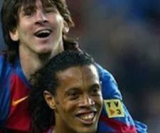 Leo Messi e Ronaldinho Gaúcho [Imagem via YouTube]