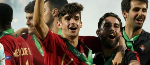 Trincao festeggia la vittoria all'Europeo Under 19 con la Nazionale portoghese.