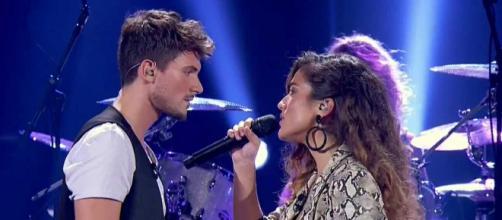 Julia canta en la Gala 2 junto a Carlos
