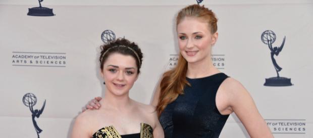 Maisie Williams y Sophie Turner en una entrega de premios.