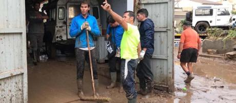 Tennis Ace Rafael Nadal was spotted with a broom in hand helping with the clean-up after the floods. [Image @LaureusSport/Twitter]