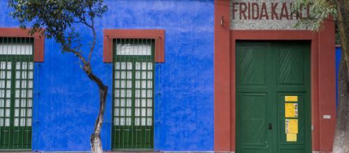 O Museu Frida Kahlo também é conhecido como Casa Azul por conta da estrutura de paredes azul-cobalto.