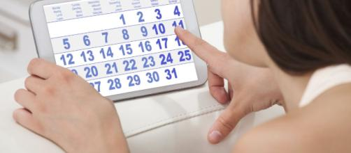Os primeiros sinais e sintomas de gravidez podem surgir antes do atraso da menstruação.