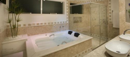 Quando o banheiro possui banheira, o teto passa a ter maior importância, pois será mais observado.