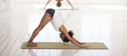 Alongar é necessário para facilitar a execução de alguns movimentos, pois, com o passar do tempo, é normal perder mobilidade e flexibilidade.