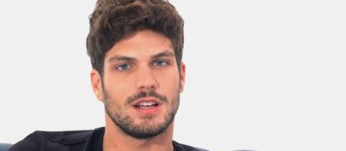 Ivan Cattaneo palpa Elia Fongaro