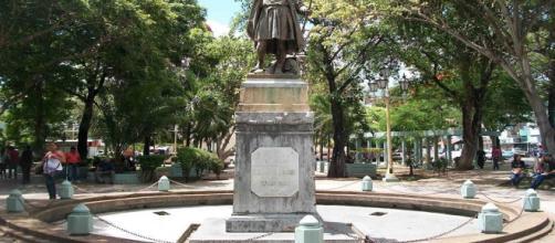 VENEZUELA/ Con una grúa quitan la estatua de Cristóbal Colón en una plaza de Carúpano