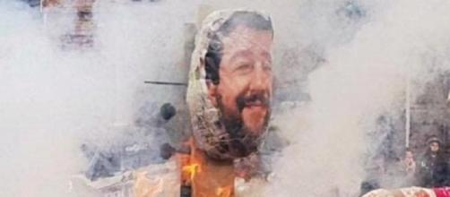 Manichino del ministro Matteo Salvini dato alle fiamme a Torino