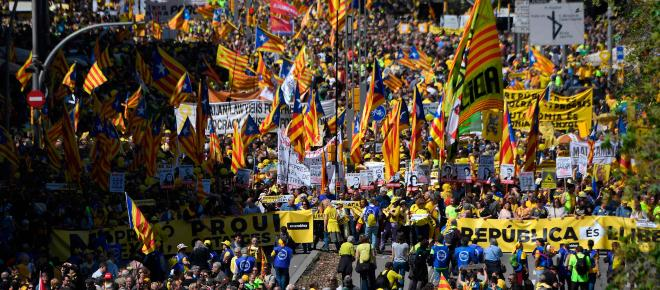 Unos lloran por libertad en Barcelona y otros festejan la posesión en Madrid